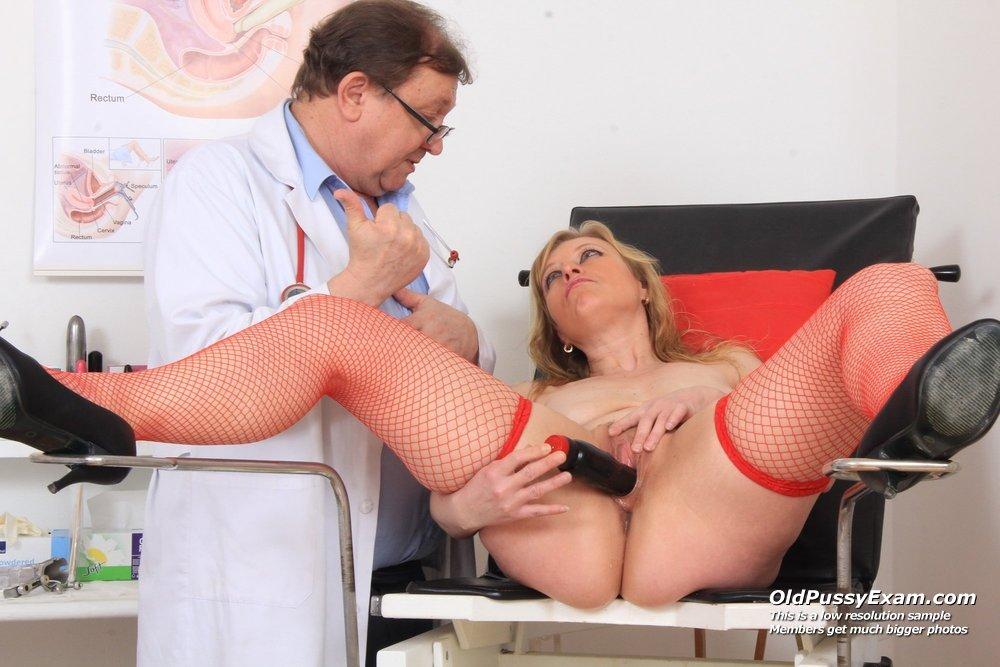 наверное, десять, доктор играет с киской пациентки жены