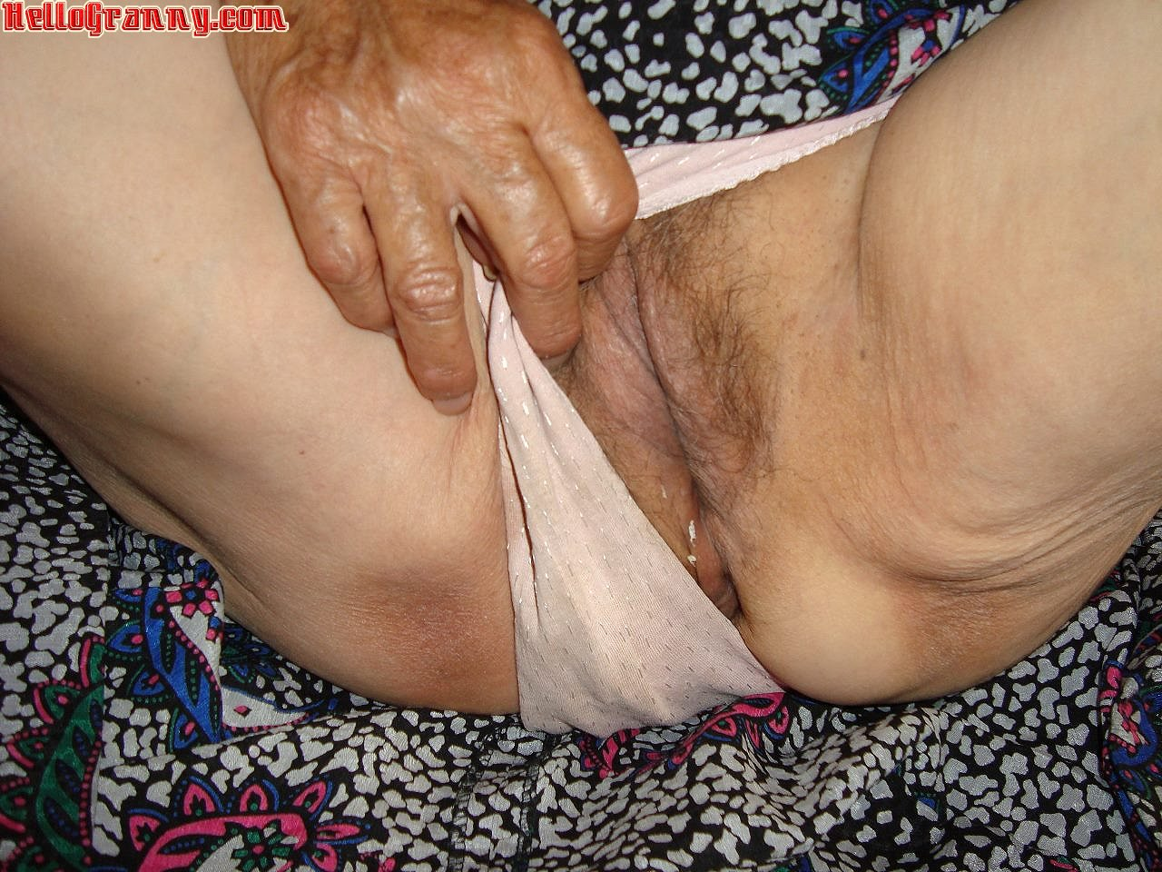 Mature moms love young dick